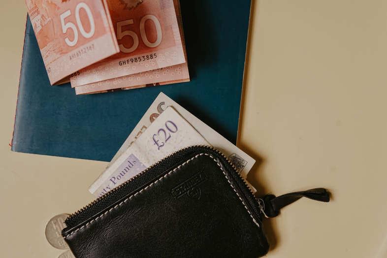 de l'argent dans un portefeuille