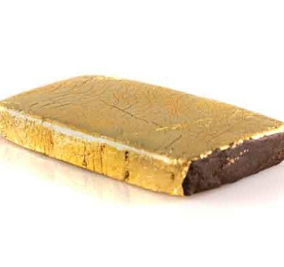 une tablette de CDB haschisch légal recouverts d'une feuille d'or