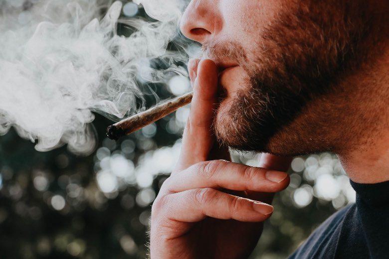 Personne qui fume de l'herbe avant une attaque de panique