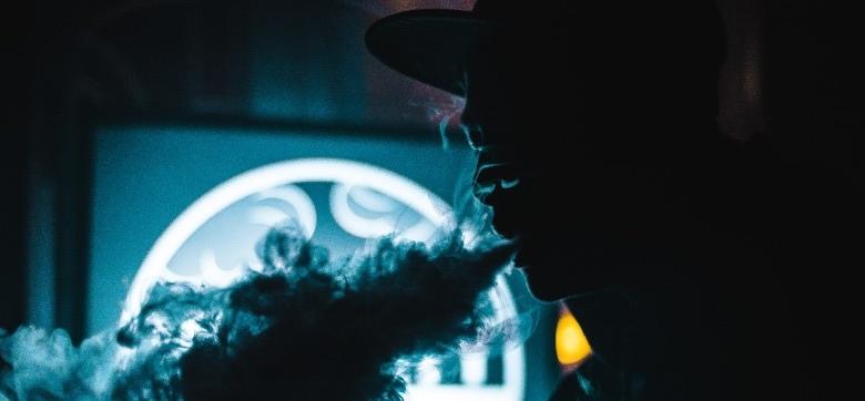 Homme utilisant un vaporisateur de hasch CBD